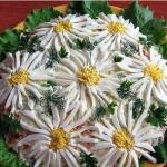 мясной салат Ромашки