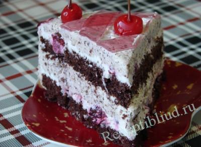 Вкусный торт с вишней в разрезе