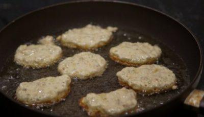 Горячее растительное масло — чистый яд, которым мы кормим свой организм. Доктор Асим Малхотра, известный британский кардиолог, опубликовал интересные исследования на эту тему. Ожирение, болезни сердца, диабет второго типа и рак — такова расплата за любовь к жареной пище!  Токсичные альдегиды выделяются в пищу при нагревании подсолнечного, кукурузного и других растительных масел. Сливочное масло и животные жиры намного безопаснее для здоровья, как оказалось! Также стоит пользоваться оливковым маслом.   вред растительного масла при нагревании  Вред растительного масла Употребление в пищу токсичных альдегидов или вдыхание этих ядовитых соединений приводит к повышенному риску развития рака и различных сердечных заболеваний. Пожалуй, лучшее, что можно сделать для своего здоровья, — отказаться от подсолнечного масла и перейти на сливочное или оливковое.  Также можно попробовать пользоваться обычным пергаментом для выпечки. Вырежь круг из пергамента и застели им сковороду, так ты сможешь пожарить котлеты, мясо, рыбу и сырники без капли масла!     Вкус растительного масла часто перебивает натуральный вкус продуктов, которые ты готовишь. Отказавшись от подсолнечного масла, ты откроешь для себя знакомые блюда вновь… Еда без масла содержит в разы меньше калорий, а это важно для всех, кто хочет похудеть.  Исследования различных ученых иногда противоречивы и вызывают определенные сомнения. Но в случае с растительным маслом они, пожалуй, правы… Поделись с друзьями информацией, способной изменить их самочувствие и укрепить здоровье!