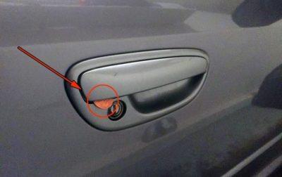 Действуйте немедленно, водители, если заметили монету на двери авто!