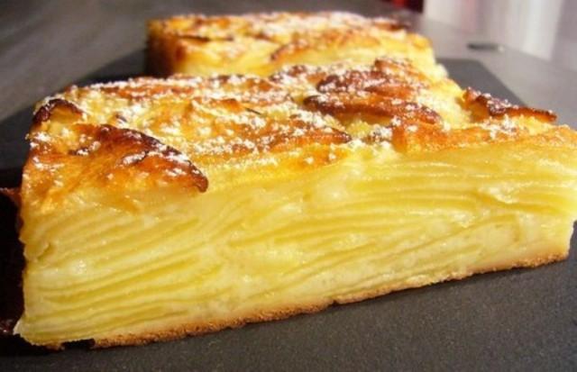 Тщательно вымыть и снять цедру с 1 среднего лимона, отжать из него сок.  Очищаем от кожуры и сердцевины 1 кг яблок, нарезаем их тонкими пластинками и поливаем соком одного лимона, перемешиваем.   Подготавливаем тесто, 30 гр. размягченного слив. масла соединяем с 70 гр. сахара, взбиваем миксером, вбиваем 2 яйца, добавляем цедру с 1 лимона и щепотку соли, взбиваем до однородной пены, вливаем 100 мл. молока, перемешиваем и постепенно вводим 100 гр. муки смешанную с чайн. ложк. разрыхлителя, при постоянном помешивании миксером.   Полученное жидкое тесто выливаем в яблоки, тщательно перемешиваем и выкладываем в форму равномерным слоем, форму предварительно застелить пергаментом и дно и бока.   Выпекаем в заранее разогретой до 180 С духовке 55 -60 минут, готовность проверяем зубочисткой.  В готовом пироге теста почти не чувствуется, зато много нежной начинки. Остывший пирог украсьте сахарной пудрой, разрежьте на порции и подайте с шариком мороженого.   Приятного аппетита! Поддержите канал лайками и подписками!  Чтобы не потерять рецепты делитесь ими в соцсетях!