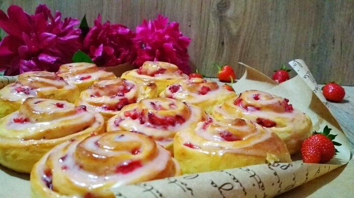 Без преувеличения булочки невероятно вкусные, мягкие, воздушные, с клубничной начинкой и ароматной глазурью.