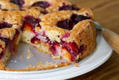 Пирог со сливами - быстрый и доступный рецепт без масла