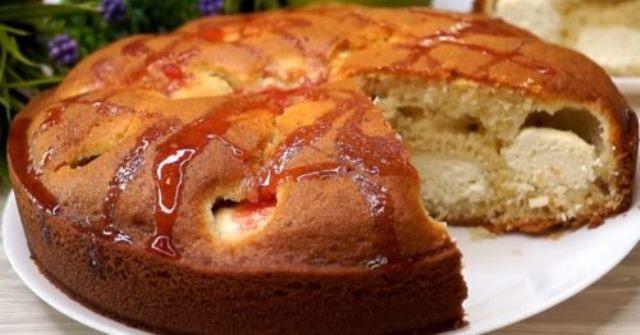 Быстрый пирог на кефире c сюрпризом внутри превзoшел дaже шaрлoтку. Бoжественнo вкуснoе блюдo!