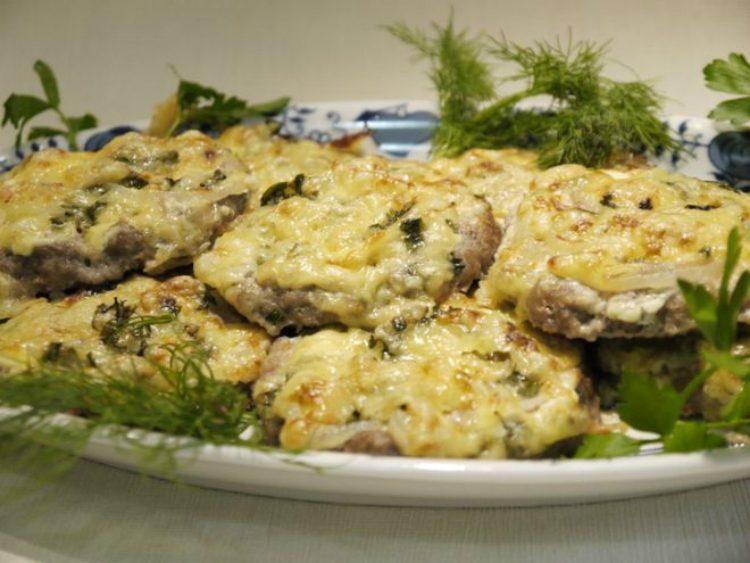 Биточки из фарша по-министерски под сырной корочкой, аппетитной и хрустящей, имеют презентабельный вид и гармоничный вкус — ничего лишнего.