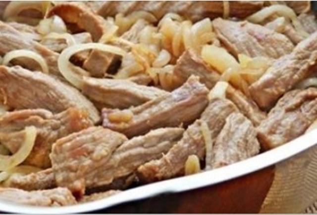 Мясо по-кремлевски — это невероятно вкусное блюдо, которое тает во рту. Оно гарантированно займет почетное место в списке ваших любимых рецептов.