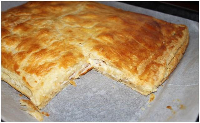 Слоёный пирог с пастромой Залог успеха этого пирога — простые, но самые вкусные компоненты — легкость слоеного теста.