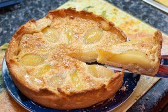 Заливной пирог с грушами на сметанном тесте – вкусно и быстро!