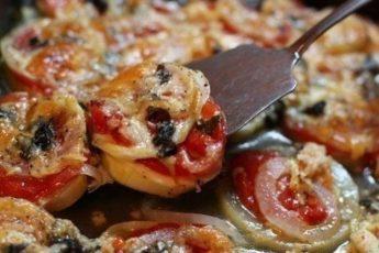 Кабачки, запеченные с луком и помидорами: правильный гарнир!