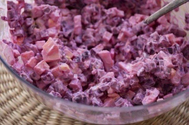 Легкий свекольный салатик, совсем несложный приготовлении, порадует как на будничном столе, так и на праздничный